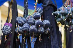 Textilprodukter i Hmong klädlager i bergig region av Vietnam Arkivfoto