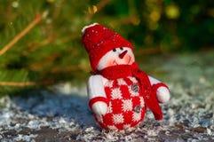 Textilschneemann auf den grauen Holzoberflächen einschließlich Schnee, sele Lizenzfreie Stockfotos