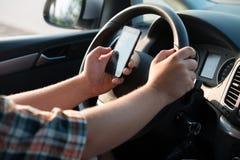 Texting和联系,当驱动时 库存图片