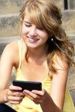 texting在移动电话或移动电话的少年 库存图片