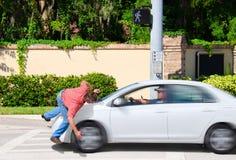 Texting,当驱动击中步行者时的事故 免版税库存图片