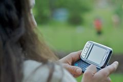 texting γυναίκα κειμένων μηνύματος στοκ εικόνες