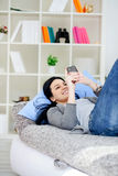 Texting μήνυμα κοριτσιών στο τηλέφωνο στοκ φωτογραφία με δικαίωμα ελεύθερης χρήσης
