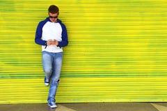 Texting σε κίτρινο Στοκ εικόνα με δικαίωμα ελεύθερης χρήσης