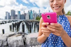 Texting τηλεφωνικό κορίτσι Sms στο ταξίδι της θερινής Νέας Υόρκης Στοκ Εικόνες