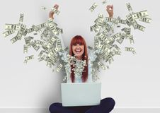 texting χρήματα ευτυχής νέα γυναίκα hipster με τα χέρια επάνω με το lap-top Χρήματα που εμφανίζονται από το lap-top Στοκ Εικόνες