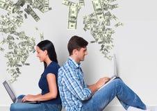 texting χρήματα νέο ζεύγος με τα lap-top Χρήματα που εμφανίζονται από τα lap-top Στοκ Φωτογραφίες