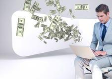 texting χρήματα ο νέος επιχειρηματίας κάθεται με το lap-top Χρήματα που εμφανίζονται από το lap-top Στοκ φωτογραφίες με δικαίωμα ελεύθερης χρήσης