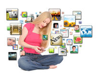 texting телефона девушки применения франтовской Стоковое Фото