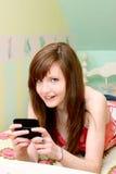 青少年texting 免版税库存图片