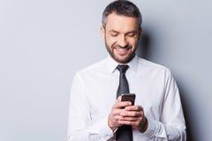 Texting aan vriend Stock Afbeelding