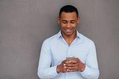 Texting ao amigo Foto de Stock Royalty Free