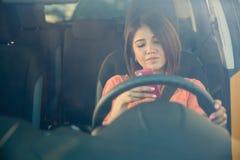Texting behind the wheel Royalty Free Stock Photos