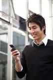 Texting beiläufiger asiatischer Geschäftsmann lizenzfreies stockfoto