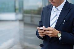 Texting biznesmen Zdjęcia Stock