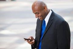 texting biznesowy Amerykanin afrykańskiego pochodzenia mężczyzna obraz stock