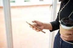 Texting bizneswoman zdjęcia stock