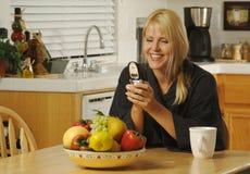 Texting com telefone de pilha Fotografia de Stock