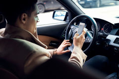 Texting in de auto stock afbeeldingen