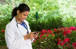 Texting do profissional de saúde fotografia de stock