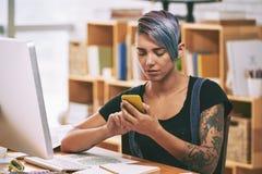 Texting dziewczyna Fotografia Stock