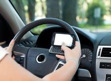 Texting e guidare Fotografia Stock Libera da Diritti
