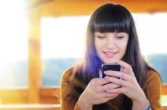 Texting Frau Stockfoto