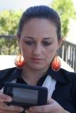 texting kvinna för affär Arkivbild
