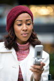 texting kvinna för affär Arkivfoto