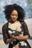 texting kvinna för telefon Arkivbilder