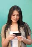 Texting Meldungen der jungen Frau auf Handy Stockfoto