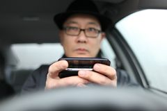 Texting mientras que conduce Imagen de archivo
