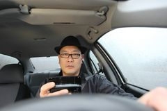 Texting mientras que conduce Fotos de archivo libres de regalías