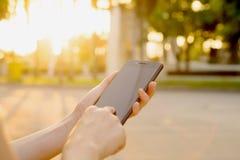 Texting op de telefoon royalty-vrije stock fotografie