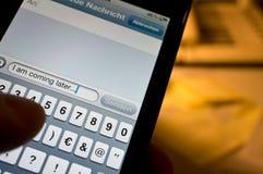 Texting op smartphone Stock Foto's