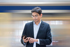 Texting podczas gdy czekający pociąg zdjęcie royalty free