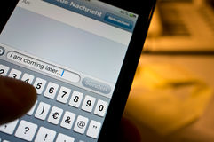 Texting sur le smartphone Photos stock
