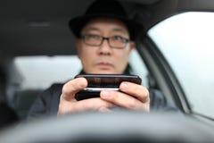 Texting terwijl het drijven Stock Afbeelding