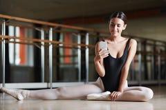 Texting tijdens Balletklasse royalty-vrije stock foto