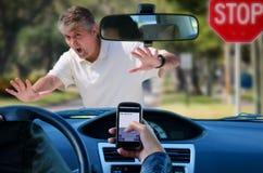 Texting und antreiben Wrack, das Fußgänger schlägt Stockbild