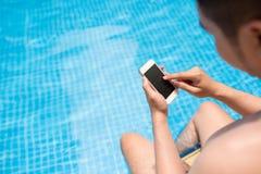 Texting w pływackim basenie Zdjęcie Stock