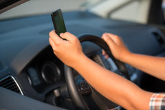 Texting y el hablar mientras que conduce Fotos de archivo libres de regalías