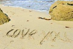 Lieben Sie Sie geschrieben auf sandigen Strand stockbilder