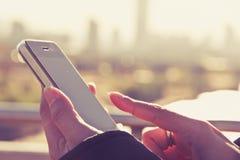 Textmessaging för tonårs- flicka på hennes telefon Royaltyfria Bilder
