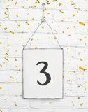 texto año de la tarjeta de la fiesta de cumpleaños de 3 árboles con confeti de oro Imagenes de archivo