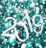texto 2019 abstrato no fundo ciano da árvore de Natal e das luzes - contexto brilhante do feriado imagens de stock