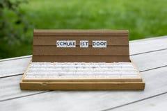 Texto alemão: Doof das ISTs de Schule Foto de Stock