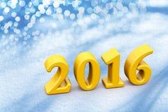 Texto amarillo de la Navidad del Año Nuevo 2016 en la nieve Foto de archivo libre de regalías