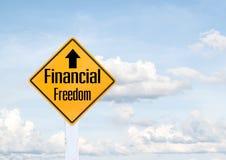 Texto amarillo de la señal de tráfico para la libertad financiera Fotos de archivo