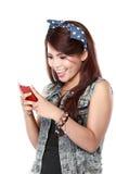 Texto asiático de la mujer en su teléfono celular Foto de archivo